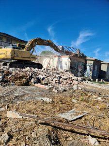 Ruspe al lavoro per le demolizioni